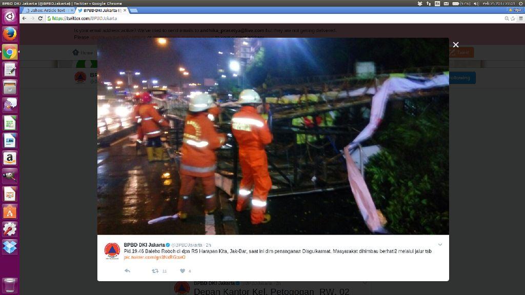 Baliho Roboh Dekat RS Harapan Kita Jakbar, 1 Taksi Tertimpa