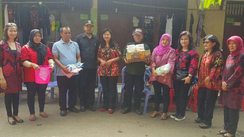 Kunjungi Korban Banjir, Istri Wagub DKI Bagikan Alat Kebersihan