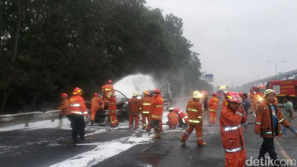 Truk Tangki yang Terbakar di Tol Jagorawi Berhasil Dipadamkan