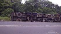 Kontainer Terguling di KM 43 Tol JORR-Cikunir, Macet Jelang Lokasi