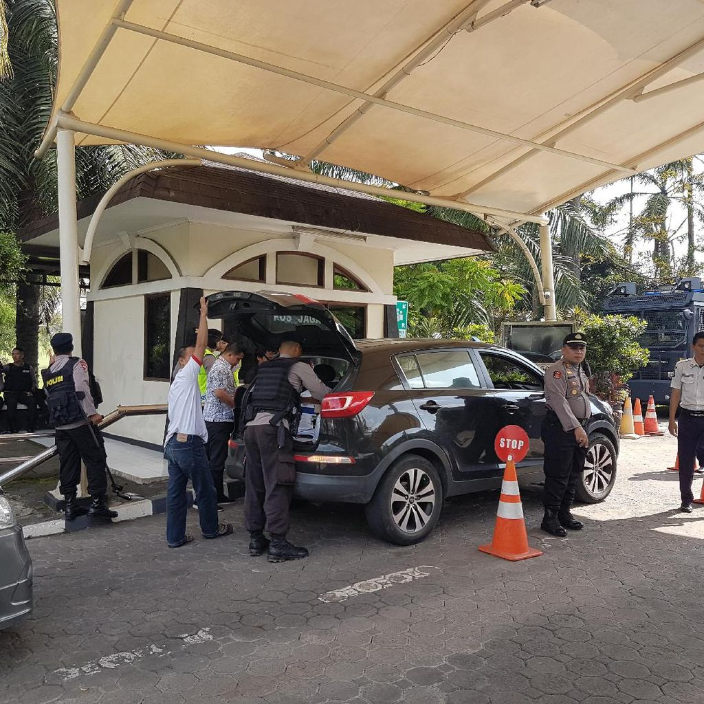 Polisi Jaga Ketat Pleno Penghitungan Manual KPU Banten