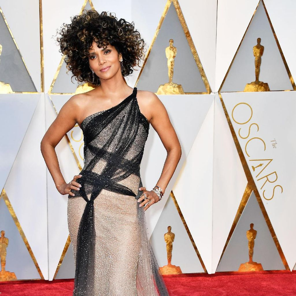 Diiringi Versace on the Floor, Halle Berry Melucuti Gaun Versace-nya