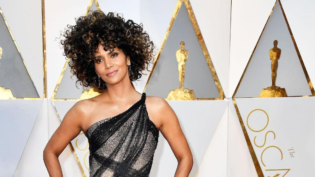 Intip Halle Berry Berenang Telanjang Seusai Oscar