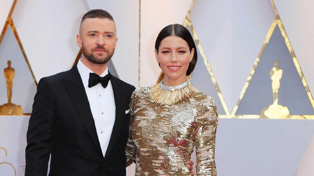 Pose Romantis Pasangan Selebriti di Red Carpet Oscar yang Bikin Baper