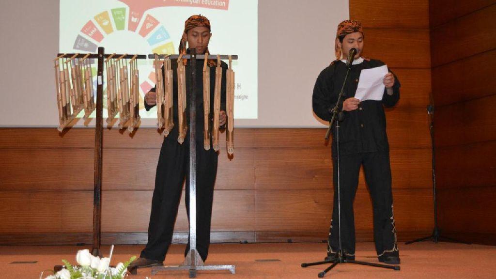 Pertunjukan Angklung dan Puisi Chairil Anwar Hibur Penonton di Maroko