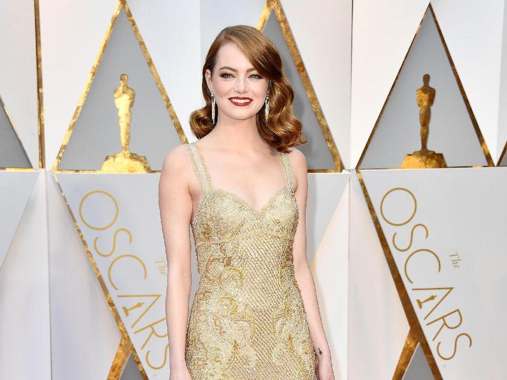 Emma Stone Tampil Anggun di Karpet Merah Oscar 2017
