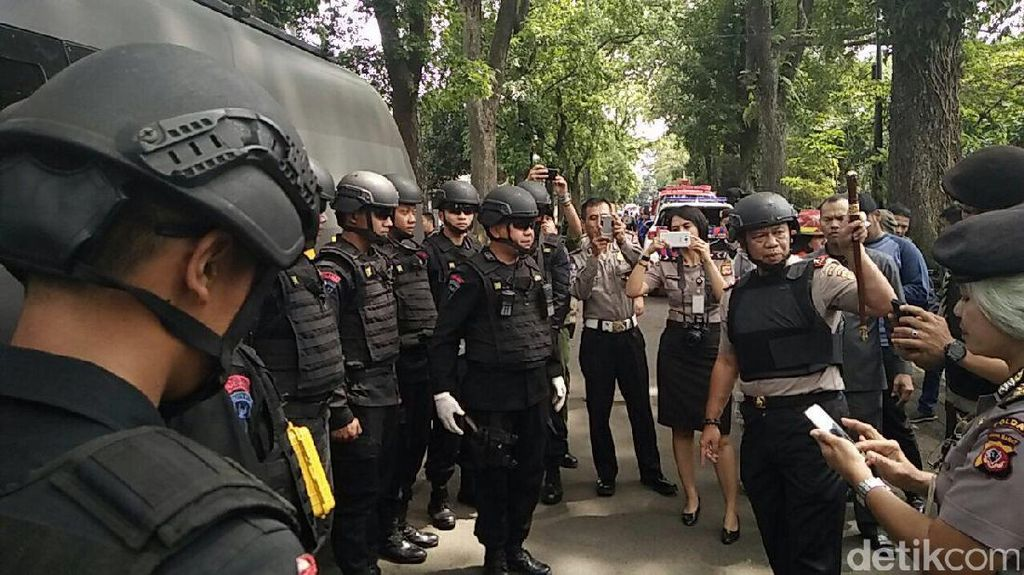 Polisi Bersiap Lakukan Evakuasi di Kantor Kelurahan Arjuna Bandung