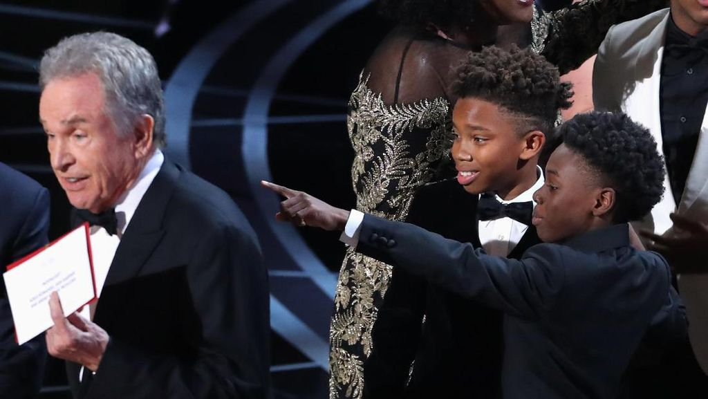 Kesalahan Fatal Pengumuman #Oscars, Netizen Bela Warren Beatty