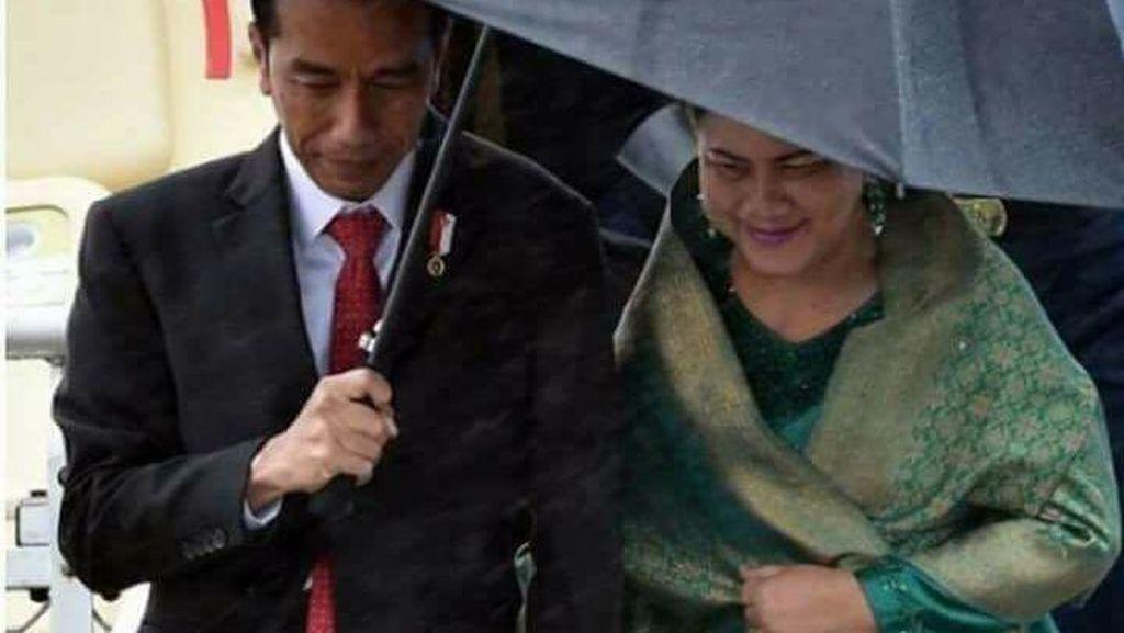 Kemesraan Jokowi Payungi dan Gandeng Iriana Bikin Baper Netizen