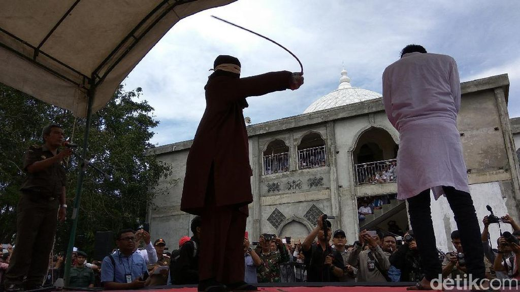 8 Terpidana Mesum di Aceh Dicambuk, Ada yang Pingsan dan Merengek