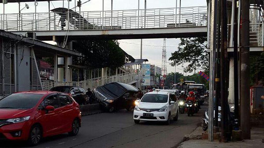 Ada Mobil Tabrak Separator TJ, Ragunan Arah Mampang Macet 2 KM