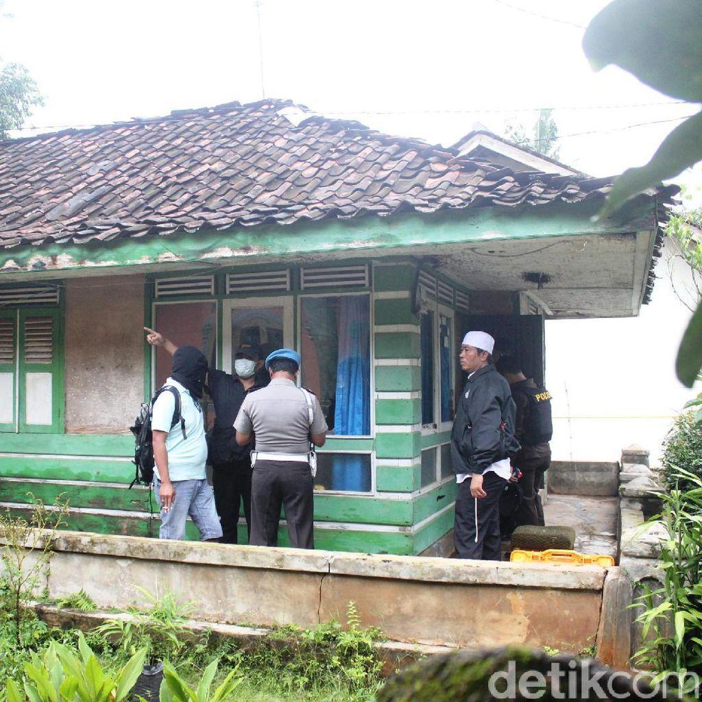 Geledah Kontrakan Pelaku Bom Bandung, Panci dan Rice Cooker Disita