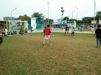 Taman bermain rasanya kurang lengkap tanpa adanya lapangan bola. Nah, Kalijodo bukan cuma punya taman skateboard yang keren tapi juga lapangan bola berumput hijau (Bonauli/detikTravel)