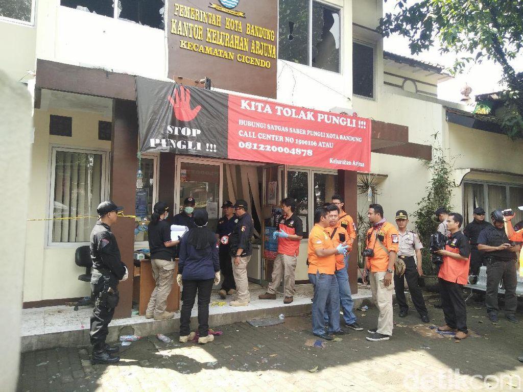 Tim Labfor Mabes Polri Olah TKP Kantor Kelurahan dan Lokasi Bom Panci