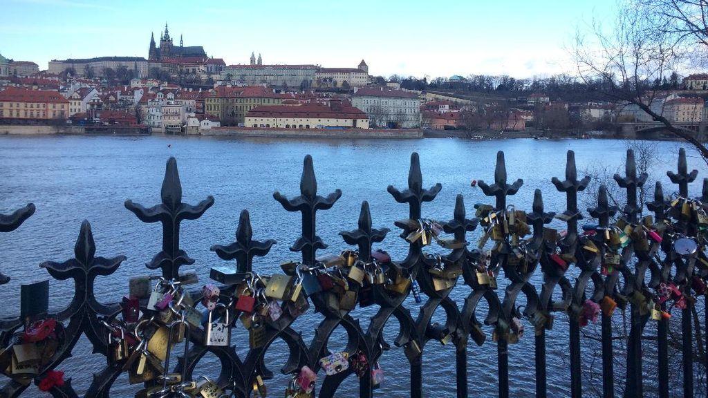 Potret Charles Bridge, Jembatan Paling Romantis di Praha