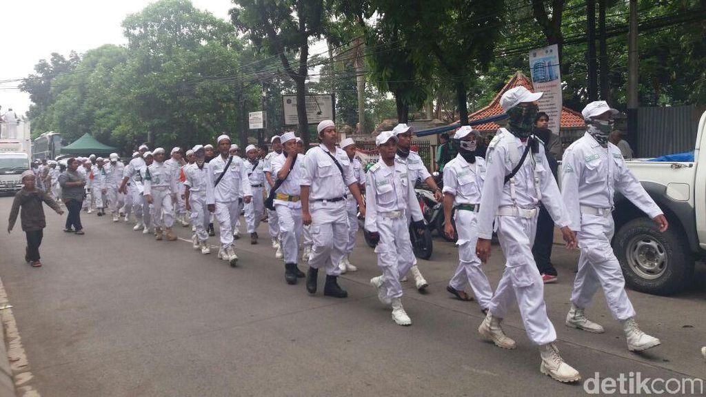 Bawa Mobil Komando, Massa Sambut Kedatangan Habib Rizieq di Kementan