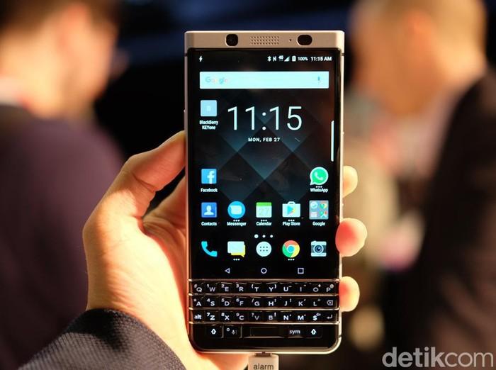 BlackBerry KEYone tampil dengan layar 4,5 inch serta keypad werty fisik. Foto: ash/detikcom