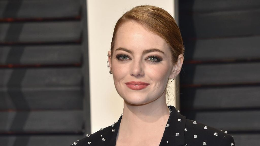 Emma Stone Kembali Memukau dengan Slip Dress di After Party Oscar