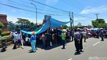 Warga Demo PLTU Cirebon, Jalur Pantura Macet Hingga 5 KM