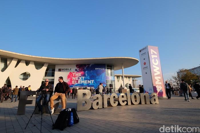 Fira de Barcelona masih menjadi tuan rumah Mobile World Congress. Hari pertama dalam perhelatan ini langsung disambut kemacetan dan antrean mengular untuk menuju tempat acara. (Foto: detikINET/Ardhi Suryadhi)