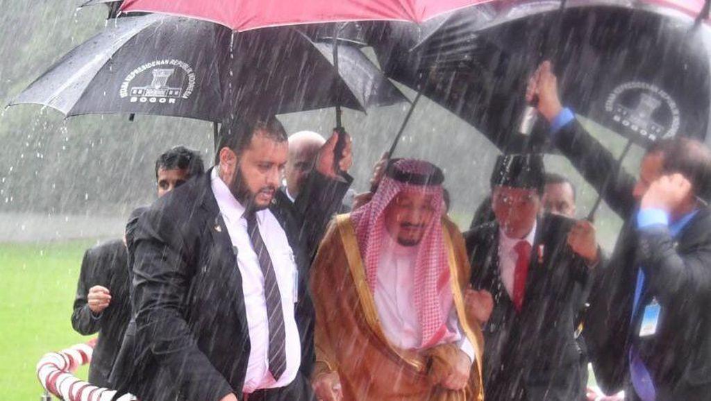 Saat Jokowi Memayungi dan Menggandeng Raja Salman