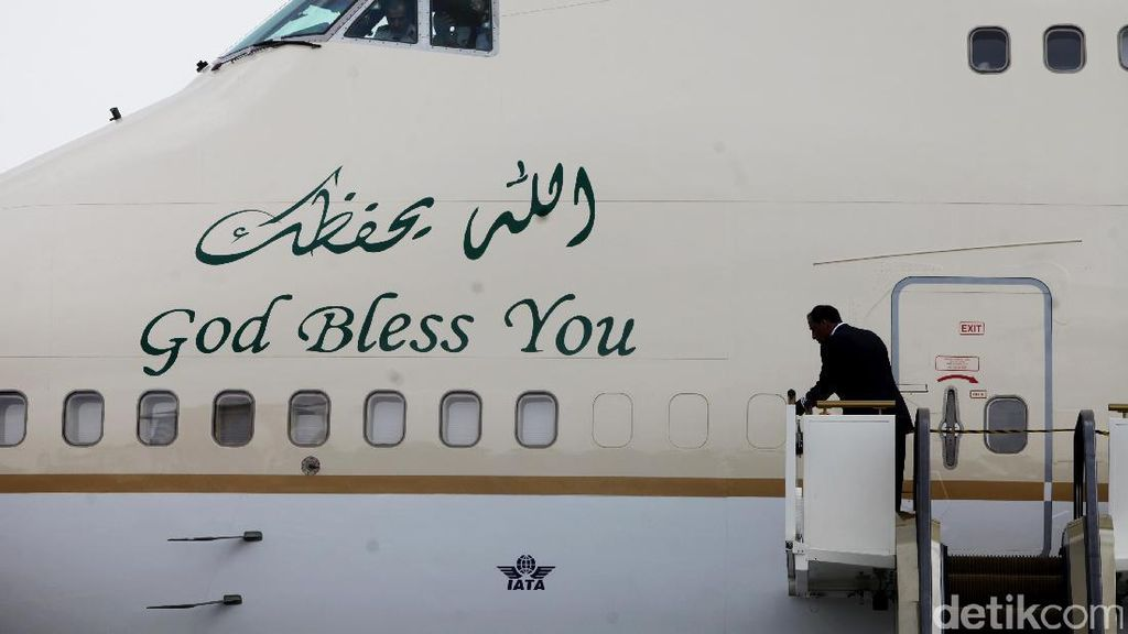 God Bless You dan HZ-HM1 di Bodi Pesawat Raja Salman