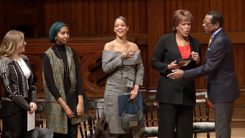 Gaya Seksi Rihanna Saat Terima Penghargaan Kemanusiaan di Harvard