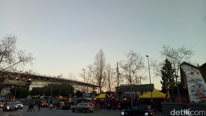 Saat menuju Camp Nou tempat berlangsungnya pertandingan, Rabu malam (1/3/2017). (Foto:Adi Fida Rahman)