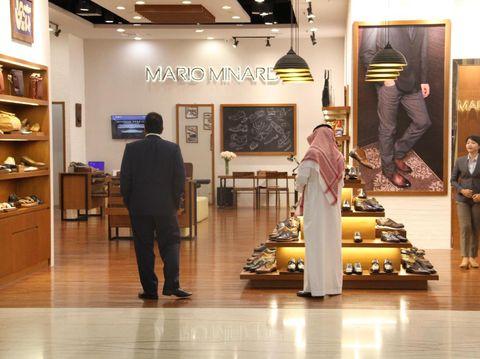 Delegasi Kerajaan Arab Belanja Sepatu di Lotte Shopping Avenue