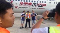 Petugas Bandara pun Seru-seruan Foto Bareng Crosser MXGP