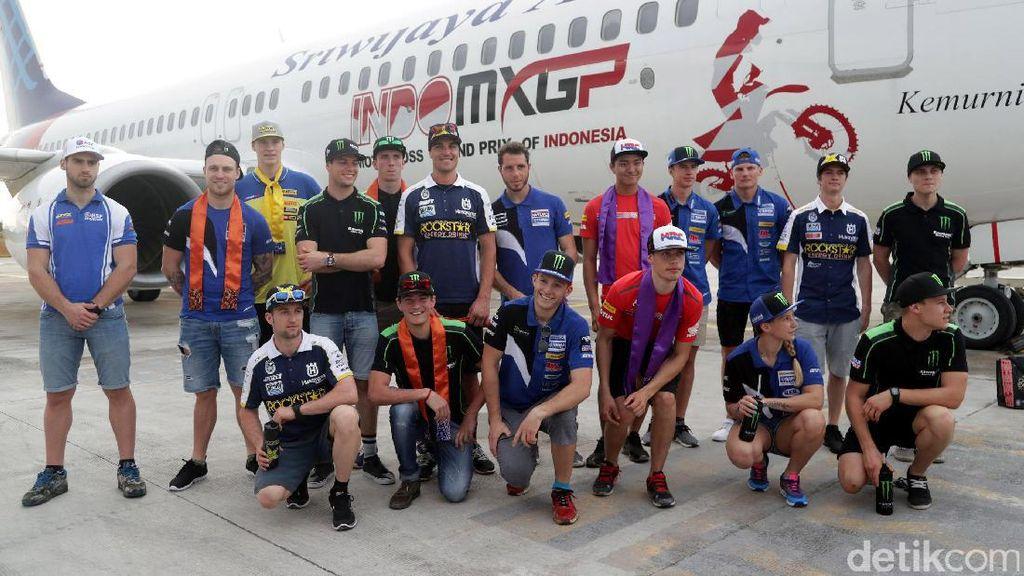Pose Crosser MXGP di Bandara