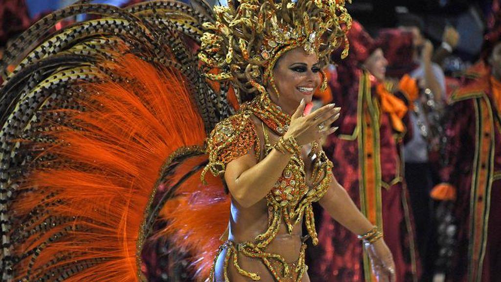 Panas! Lenggak-lenggok Penari Seksi di Karnaval Rio 2017