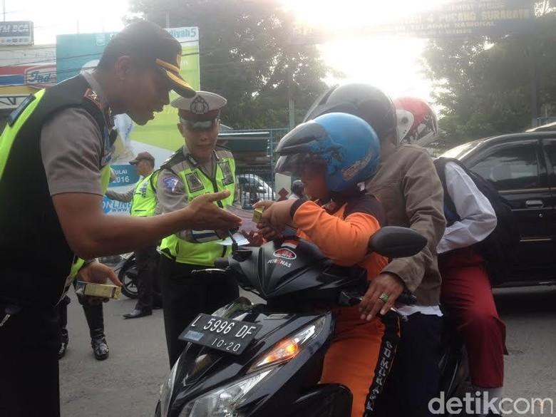 Polisi Bagikan Susu ke Siswa saat Operasi Simpatik Semeru
