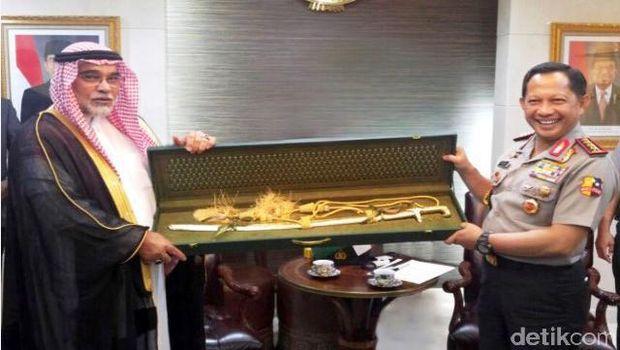 Kerajaan Arab Saudi memberi cenderamata berupa pedang berwarna kuning emas kepada Polri.