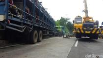 Truk Bermuatan Honda CBR Terguling di Tol Semarang