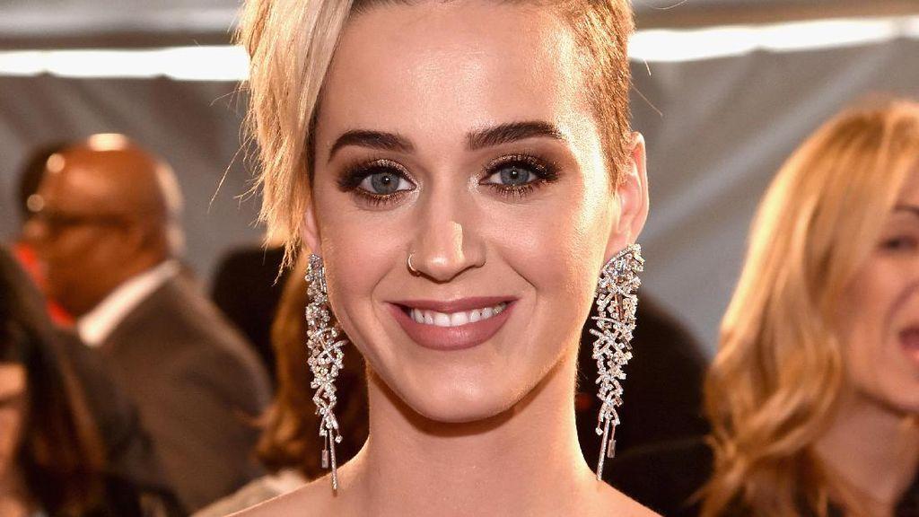 Penampilan Baru Katy Perry Potong Cepak Rambutnya