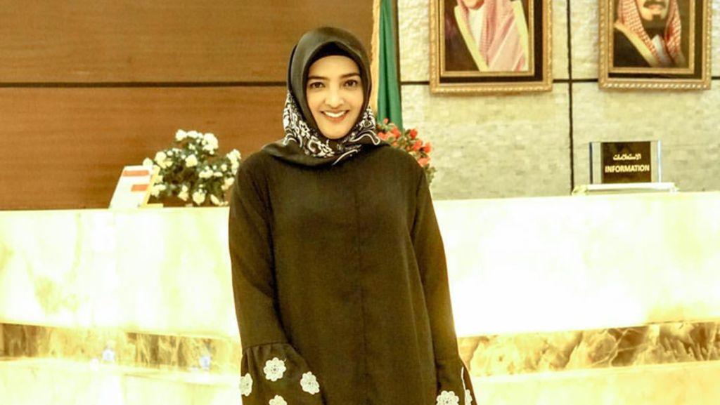 Foto: Cantik, Aurel Hingga Nagita Slavina Berhijab Saat Umrah di 2017