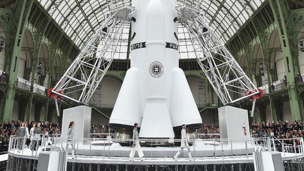 Spektakuler! Ada Roket Lepas Landas di Fashion Show Chanel