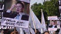 Ratusan Pegawai Bank Danamon Turun Jalan Menolak PHK