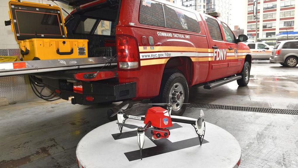 Aksi Keren Drone Jadi Tim Pemadam Kebakaran