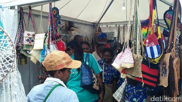 Aneka oleh-oleh dijual dalam acara bazar (Bonauli/detikTravel)
