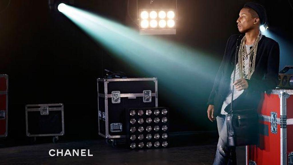 Pharrell Williams Jadi Pria Pertama Untuk Model Tas Chanel