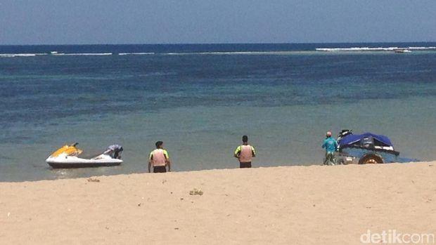 Turis yang sedang asyik bersantai di pantai (Afif/detikTravel)