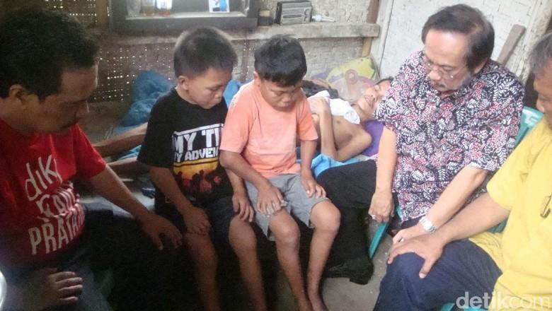 Banyumas Bantuan dari berbagai kalangan terus berdatangan ke rumah Bocah kelas sekolah dasar yang harus merawat sang ayah seorang Hari Wakil Bupati