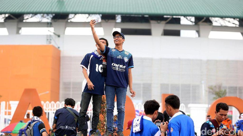 Suporter Berdatangan di Stadion Pakansari