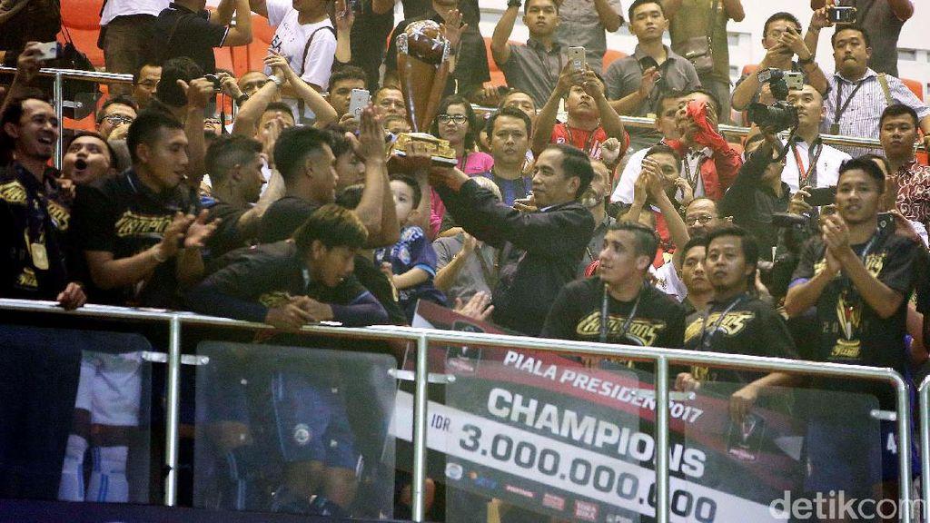 Jokowi Serahkan Trofi Piala Presiden 2017 Kepada Arema FC