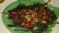 Kenapa bebek? Hal ini dikarenakan kuliner bebek gorengnya sudah terkenal seantero Thailand. Jika Anda berkunjung, cobalah bebek goreng yang ditaburi rumput yang bisa dimakan (Masaul/detikTravel)