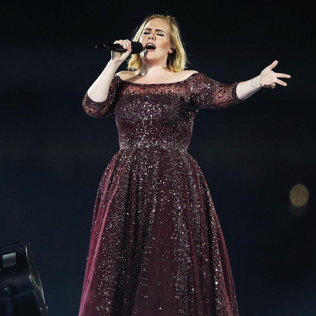 Adele Protes Petugas Keamanan Karena Suruh Penonton Duduk