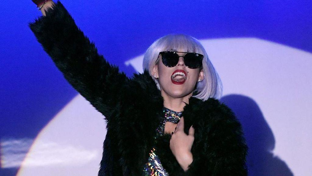 Lady Gaga Pakai Koleksi Tersembunyi Rancangan Gigi Hadid