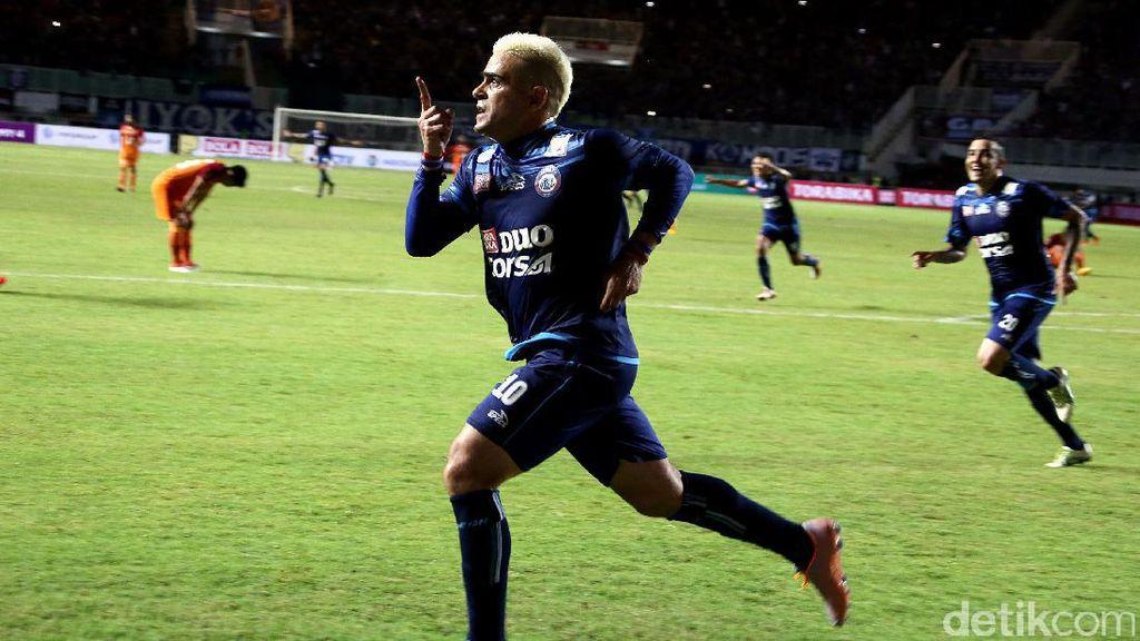 Arema FC: Lampu Sorot di Atas Kepala Gonzales